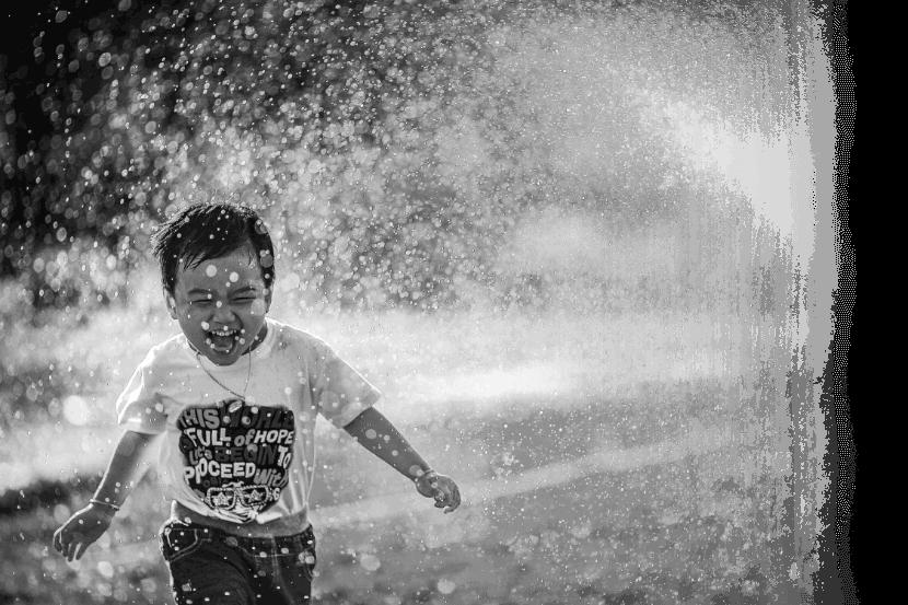 Criança correndo feliz